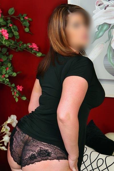 Volslanke brunette met grote borsten escort Rozalia